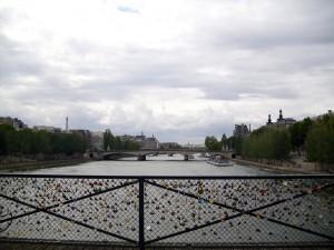 Imagen de Oropesa en Paris en un Puente Asegurado